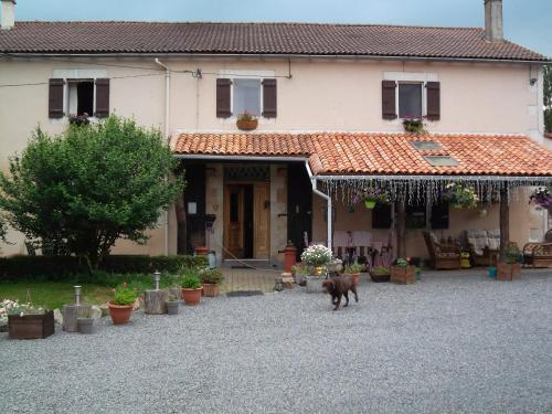 La Grange Delhoume : Bed and Breakfast near Confolens