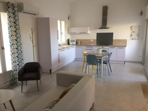 Face aux Pénitents Blancs : Apartment near Aigues-Mortes