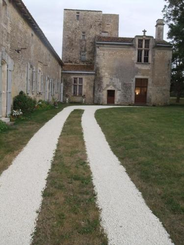 Chateau De Champdolent : Bed and Breakfast near Beurlay