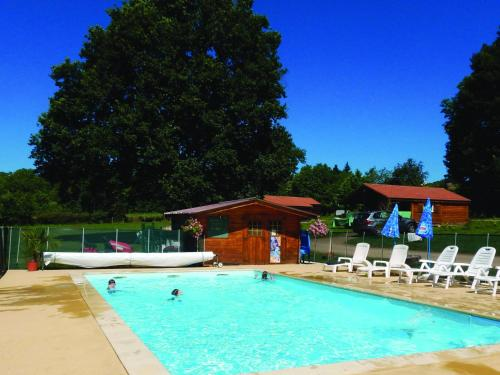 Camping Des Papillons : Guest accommodation near Louroux-de-Bouble