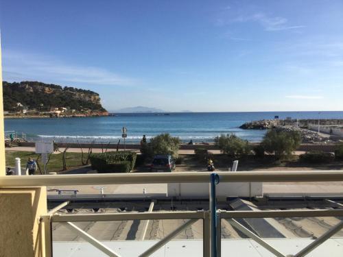 Front de mer les pieds dans l'eau : Apartment near Le Rove