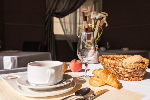 Hotel Restaurant La Croix Verte : Hotel near Châtres-la-Forêt