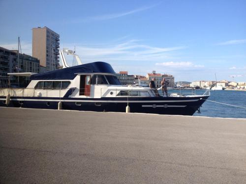 Yacht bateau moteur Benetti 19m : Guest accommodation near Sète