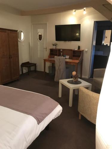 Hôtel Le Lion D'or : Hotel near Drucourt