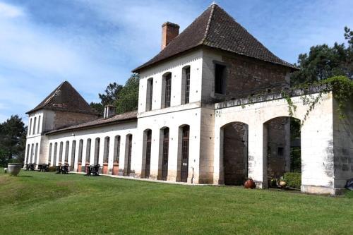 Château Neuf Le Désert : Apartment near Saint-Sauveur-de-Puynormand