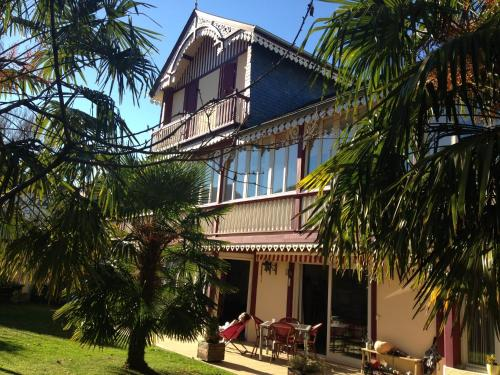 Chalet des Palmiers : Bed and Breakfast near Asté