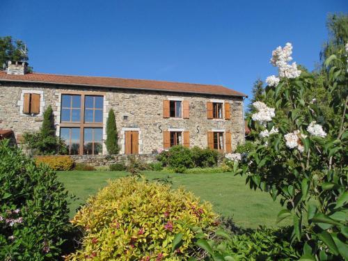 Les Fermes du Château : Bed and Breakfast near Saint-Julien-d'Ance