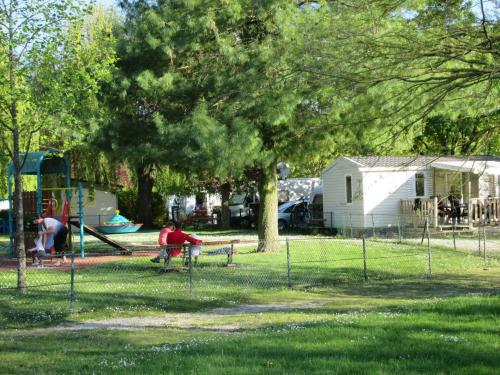 Camping de Châlons-en-Champagne : Guest accommodation near Somme-Suippe