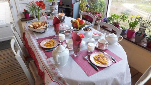 Le nid de mésanges : Bed and Breakfast near Saint-Michel-de-Bannières