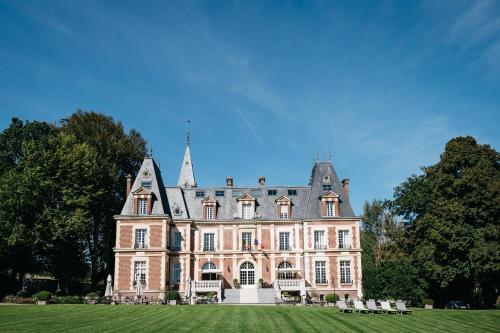 Chateau-Hotel De Belmesnil : Hotel near Saussay-la-Campagne