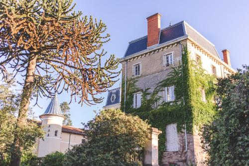 Château de Bellevue B&B : Bed and Breakfast near Lantignié