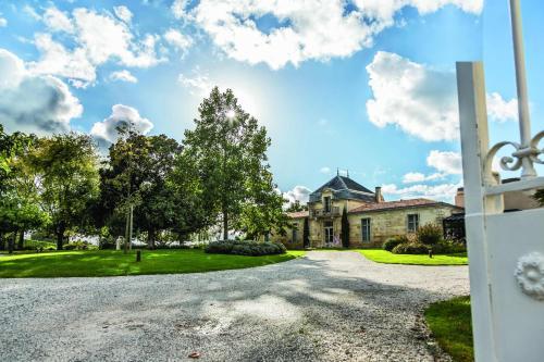 Château Cordeillan-Bages : Hotel near Campugnan