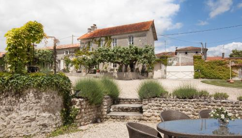 Logis du paradis : Bed and Breakfast near Criteuil-la-Magdeleine