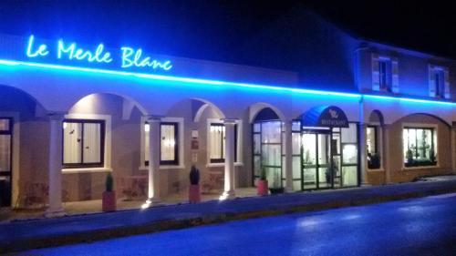 Logis Hotel Le Merle Blanc : Hotel near Liernolles
