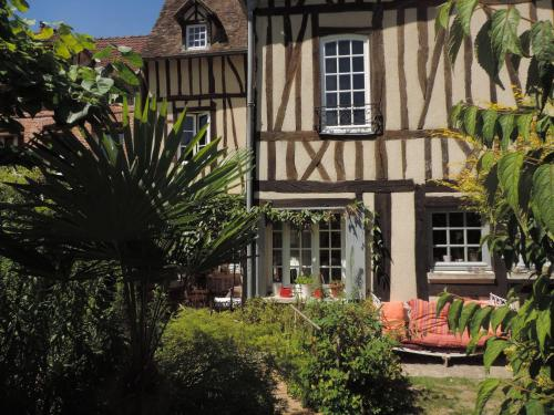 Le Prieuré Saint-Léonard : Bed and Breakfast near Suzay