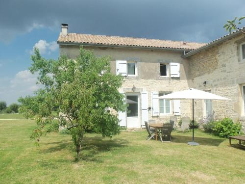 Charente 2 bedroom Gite : Guest accommodation near Pioussay
