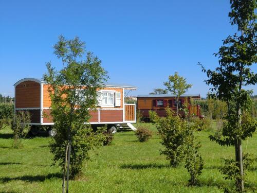 Les Roulottes-Gîtes de la Ferme de l'Autruche Dromoise : Guest accommodation near Beauchastel