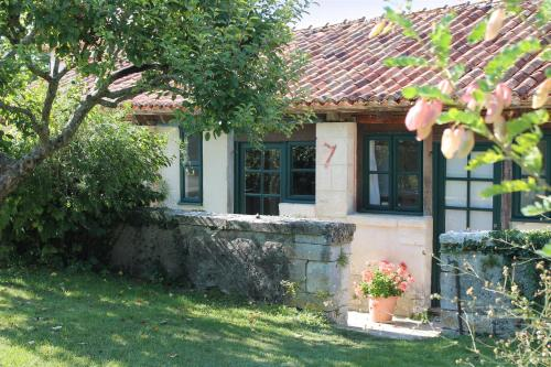 Le Poulailler, Manoir de Longeveau : Guest accommodation near Courlac