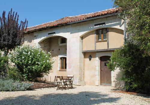 Les Jolies Arches, Manoir de Longeveau : Guest accommodation near Montboyer