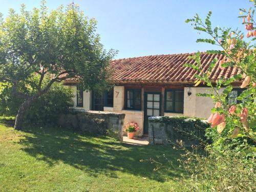 L'Amandier, Manoir de Longeveau : Guest accommodation near Saint-Quentin-de-Chalais