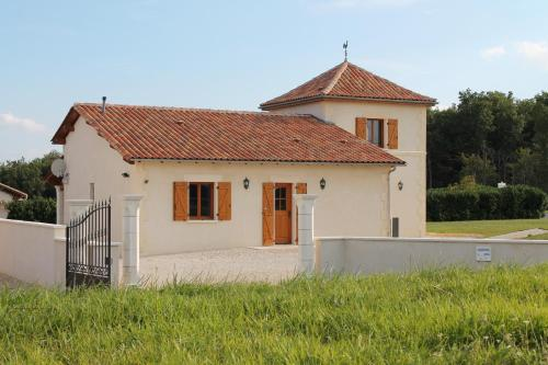 Le Merisier, Manoir de Longeveau : Guest accommodation near Saint-Quentin-de-Chalais