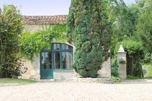 La Petite Grange, Manoir de Longeveau : Guest accommodation near Courlac