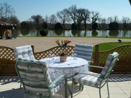 Lake Les Landes : Guest accommodation near Saint-Martial-d'Artenset