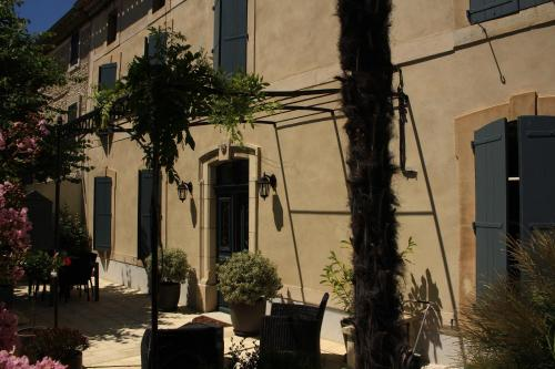 La Glycine Blanche : Bed and Breakfast near Gardie