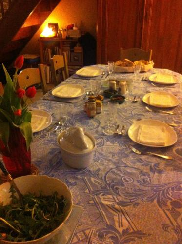 Les Trois Cloches : Bed and Breakfast near Mirebel