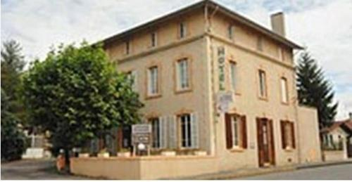 Hôtel L'Astrée : Hotel near Saint-Just-la-Pendue