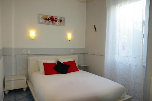 hôtel la tour des fées : Hotel near Corconne