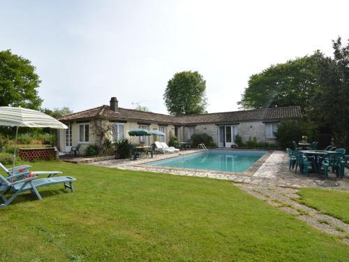 Saule Des Bois : Guest accommodation near Vouhé
