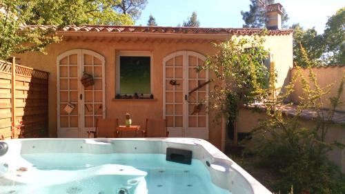 Clos du Veyrier : Romarin : Guest accommodation near Flassan