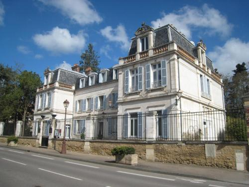 Hôtel Les Maréchaux : Hotel near Ouanne