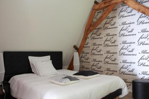Hotel The Originals La Ferme Blanche (ex Relais du Silence) : Hotel near Sequedin