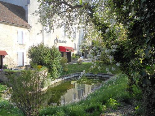 Auberge de l'Abbatiale : Bed and Breakfast near Courlon