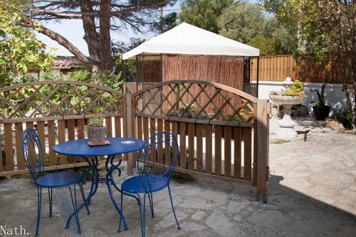 L'Abri et L'Atelier Du Jas : Guest accommodation near Le Rove