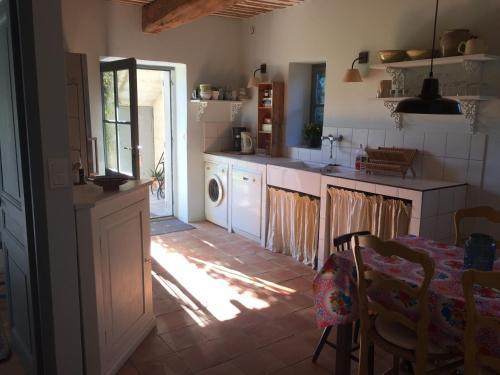 Le Mas des Peupliers : Guest accommodation near Mollégès