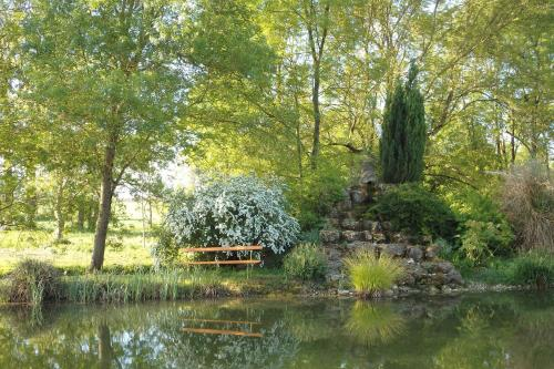 Le p'tit nid de Gabriel : Bed and Breakfast near Bazauges
