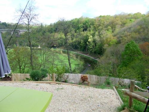 O Bois Dormant- Vue Viaduc/Rance : Guest accommodation near Tréfumel