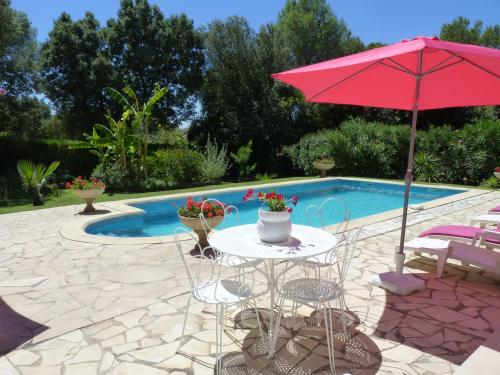 gite en rez de jardin dans coin calme avec piscine : Apartment near Aubais
