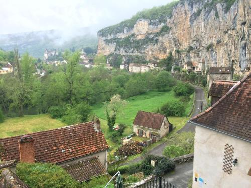 Un Jardin dans la Falaise : Bed and Breakfast near Tour-de-Faure