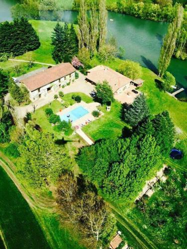 Le Domaine De Charlyne : Bed and Breakfast near Marlieux