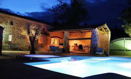 Demeure de caractère avec piscine : Guest accommodation near Lussan