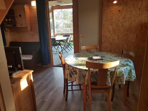 Camping la Prairie : Guest accommodation near Pont-de-Poitte