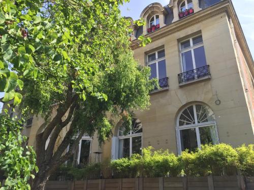 captivating jl deniot paris living room apartm | HOTEL NEUILLY-SUR-SEINE : Hotels near Neuilly-sur-Seine ...