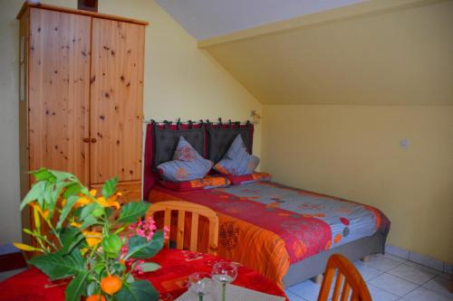 Gîte La Maison Bleue : Guest accommodation near Saint-Hippolyte