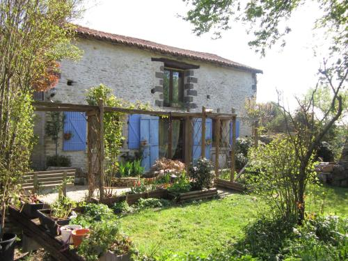 Chambres, Table d'Hôtes et Gites Les Mesanges : Guest accommodation near Saint-Loup-Lamairé