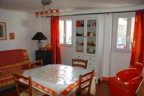 Volets Bleus et Briques Rouges : Apartment near Albi