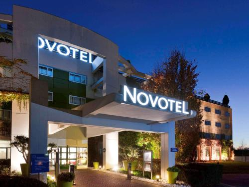 Novotel Saint Quentin Golf National : Hotel near Senlisse